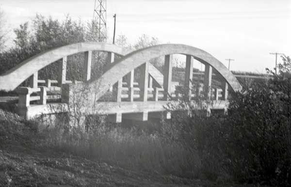 Concrete bowstring arch bridge over La Salle River