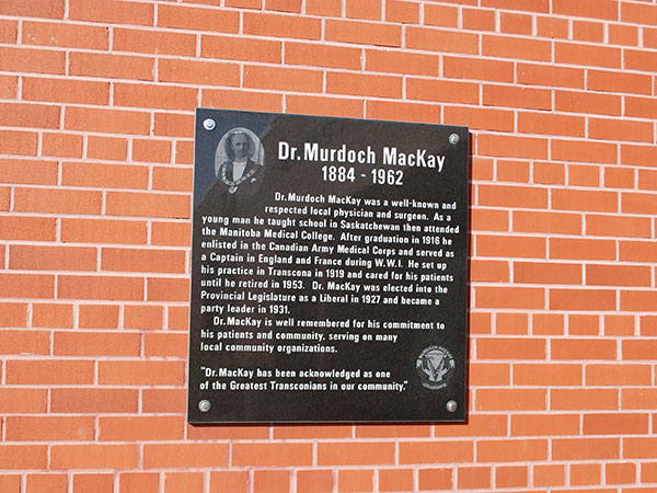 Murdoch Mackay commemorative plaque at the school